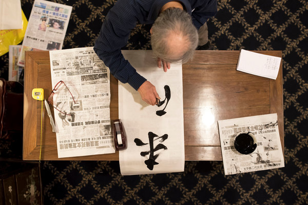 Photo by Karsten Moran for the New York Times. Zhao Ru, Brooklyn calligrapher, creating memorial scroll fo Officer Wenjian Liu's funeral today